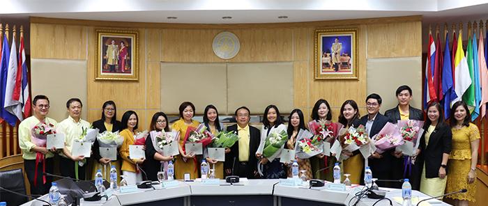 """รองศาสตราจารย์ ดร.สมนึก ธีระกุลพิศุทธิ์ ผู้ปฏิบัติหน้าที่อธิการบดี มอบเกียรติบัตรแสดงความยินดีกับ คณาจารย์ นักวิจัย ที่คว้ารางวัล Silver Award จาก """"มหกรรมงานวิจัยแห่งชาติ 2562″"""
